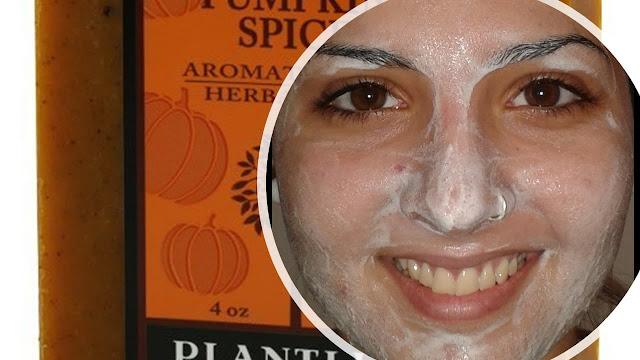 Mujer con jabón de calabaza en la cara.