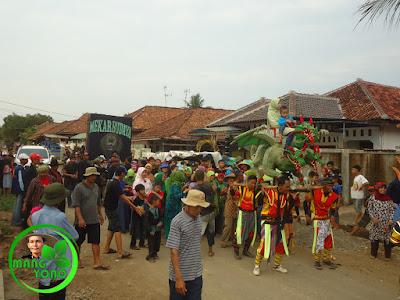 FOTO : Arak arakan keliling kampung sambil berjoget