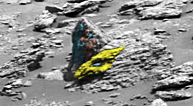 Dos extraterrestres tallados en piedra detrás de la cabeza de un dragón, en Marte 4