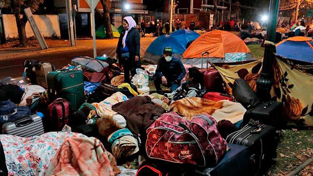 Unos 400 bolivianos acampan a las afueras del Consulado en Chile para pedir el regreso a su país