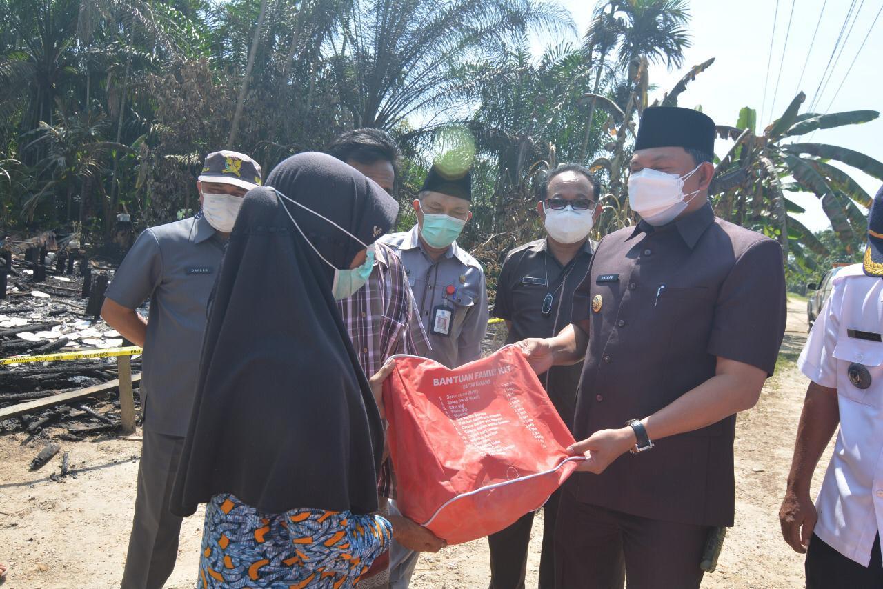 Wakil Bupati Tanjab Barat Tinjau Lokasi Kebakaran di Rt 07 Dusun Rantau Panjang Desa Kelagian
