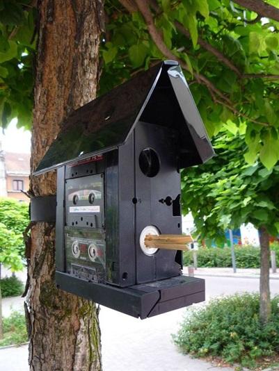Gunakan kaset dan wadah kaset untuk membuat kandang burung.