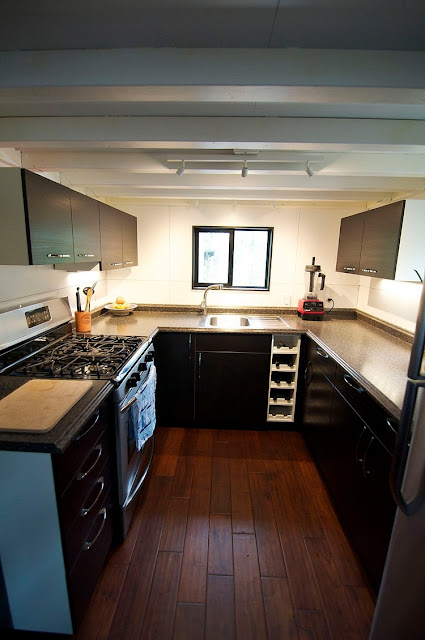 ห้องครัวขนาดเล็กในบ้านรถเคลื่อนที่