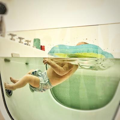 Baby im Floating Becken