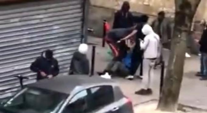 Videón, ahogy brutálisan megvertek és kifosztottak egy angol férfit Bordeaux-ban