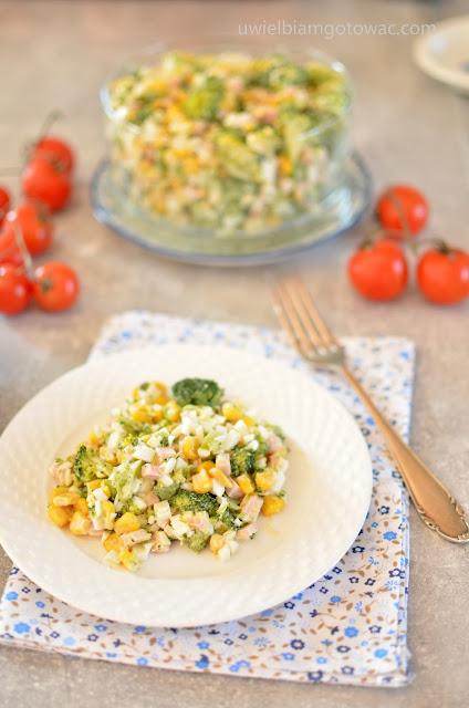 Sałatka z brokułem, jajkiem i szynką