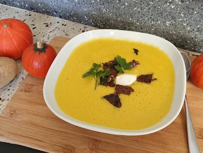 Kürbis-Kartoffel-Suppe mit Kürbiskern-Croûtons