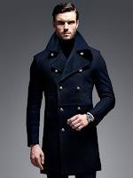 Bir erkek model üzerindeki yüksek yakalı ve düğmeli siyah palto