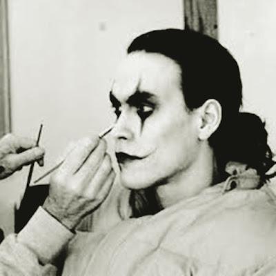 Brandon Lee sendo maquiado para atuar no filme, O Corvo.