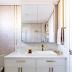 Banheiro pequeno em tons claros e detalhes dourados com banheira de imersão!