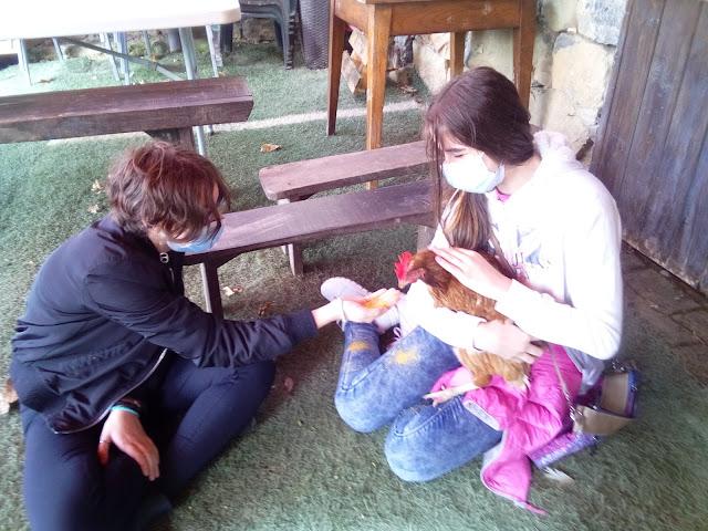 mi hija y su amiga con la gallina