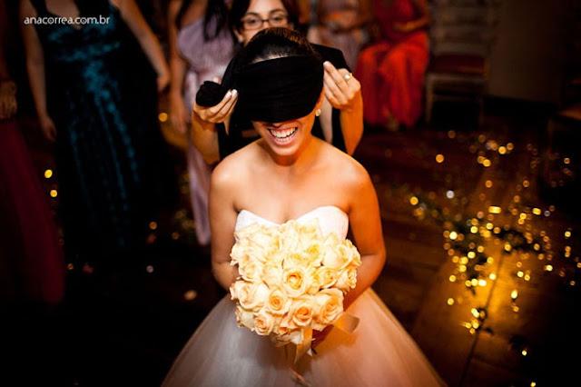 Top-5-Dicas-Criativas-Para-a-Hora-do-Buquê-no-Casamento-cobra-cega-noiva-vendada