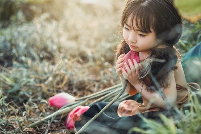 """Bé gái 4 tuổi """"gây sốt"""" dân mạng với bộ ảnh hoa sen"""