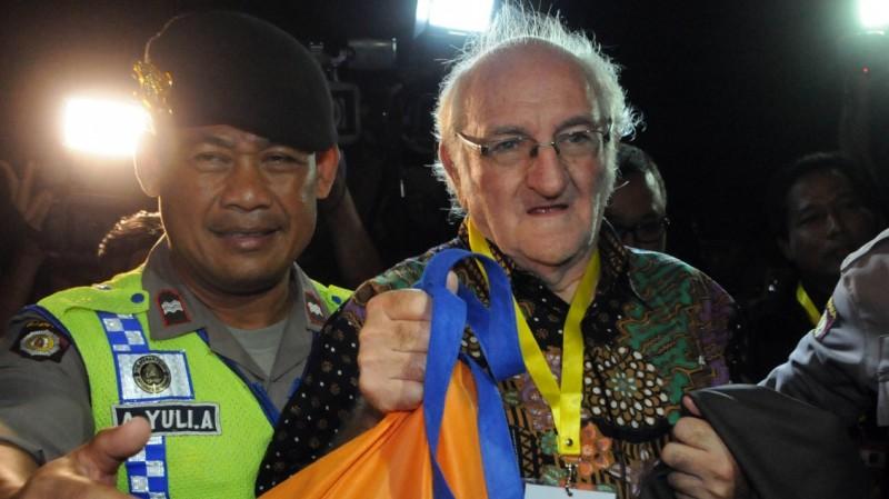 Romo Carolus dikawal petugas saat menyeberang ke Nusa Kambangan