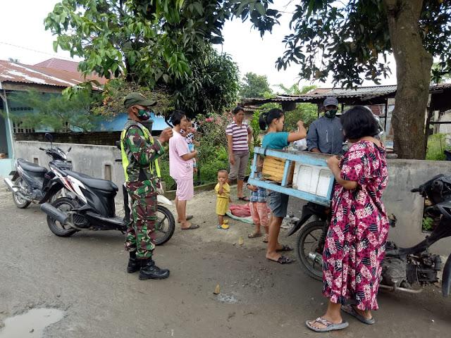 Cegah Penyebaran Covid-19, Personil Kodim 0207/Simalungun Komsos Dengan Pedagang Somay