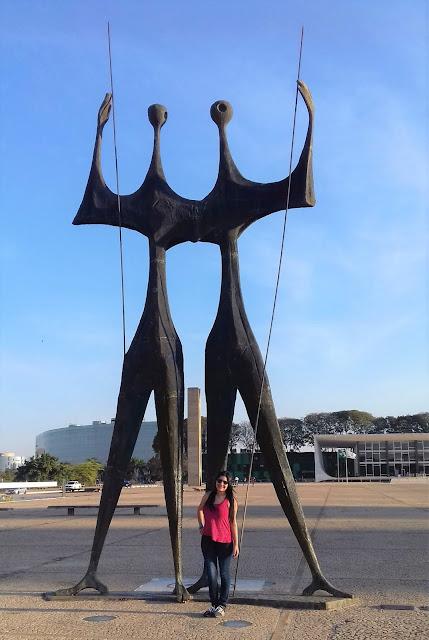 duas estatuas do simbolo da justiça