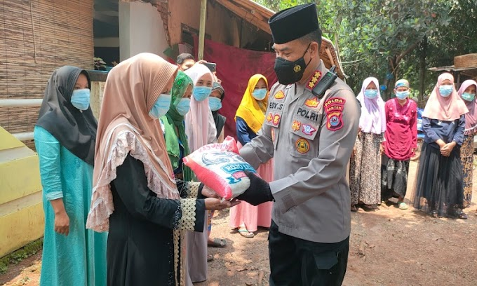 Tim Warung Jum'at Barokah Salurkan Bansos untuk Masyarakat Terdampak Covid-19