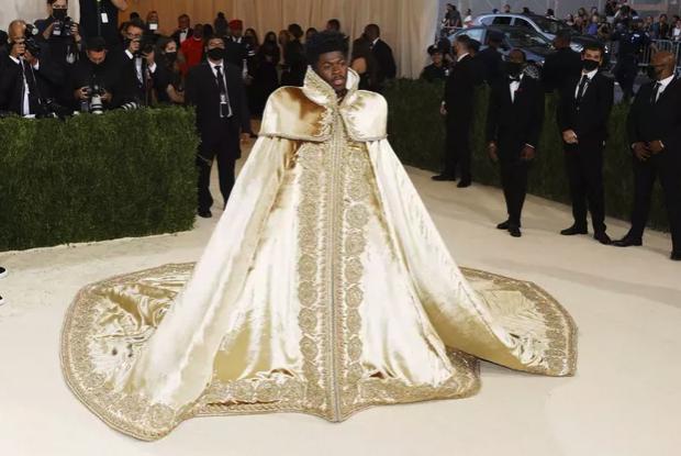 Photo 1 de Lis Nas au MET et sa tenue Versace
