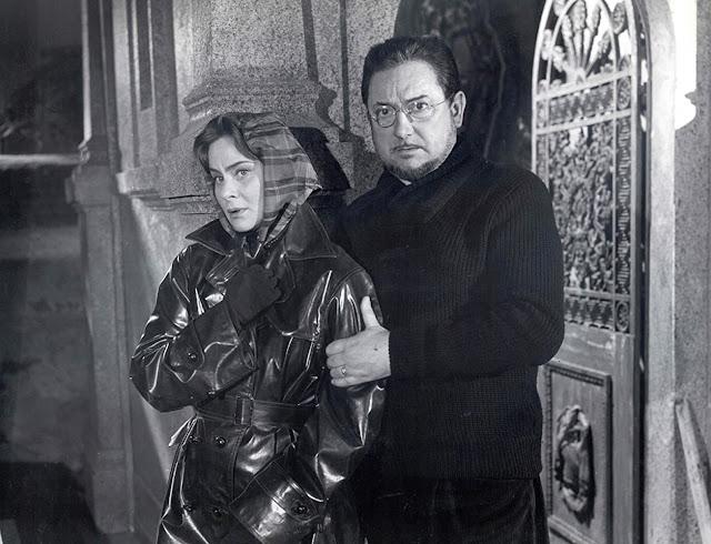Louise di film Eyes Without a Face (1960) membantu Dr. Génessier menyingkirkan mayat-mayat wanita yang telah tewas