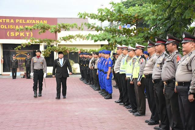 Walikota Tanjungbalai H M Syahrial,SH,MH saat melakukan pemeriksaan barisan dalam upacara HUT Bhayangkara ke - 72 di Mako Polres Tanjungbalai, Rabu (11/7)
