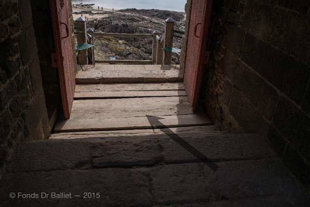 Fort du Petit-Bé : Avatar de ha-ha visible immédiatement en arrière de la porte.