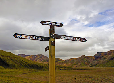 Poste con las direcciones a las diferentes rutas de senderismo, entre ellas, Laugavegur
