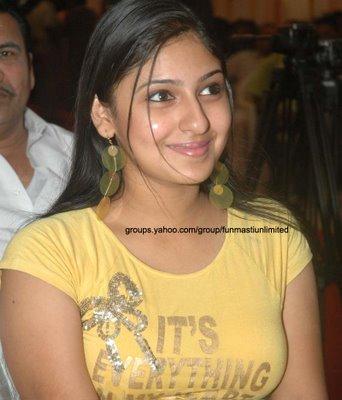 ACTRESS In SAREE Showing Deep NAVEL Actress In Low Hip Saree