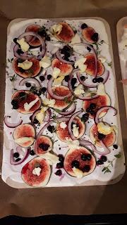 Flammkuchen mit Feige, Zwiebel, Blaubeeren und würzigem Käse