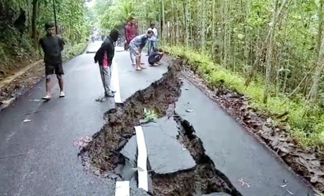 Subhanallah, Tanah Bergerak Sendiri, Jalan Antar Kabupaten Ambles Sedalam 5 Meter