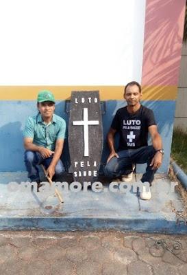 Em paralisação, profissionais da saúde fazem protesto com caixão em Guajará-Mirim