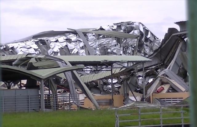 Giông lốc kinh hoàng làm nhà xưởng hàng ngàn mét vuông đổ sập