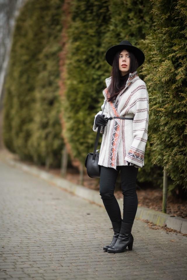 wełniany płaszcz w etniczny wzór blogerka stylizacja boho z kapeluszem blog o modzie