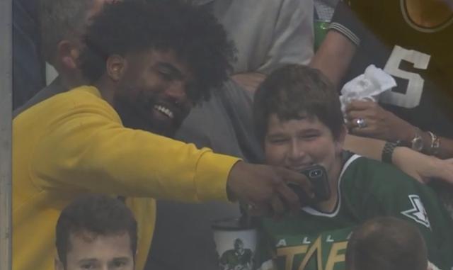 Ezekiel Elliot takes selfie with young fan