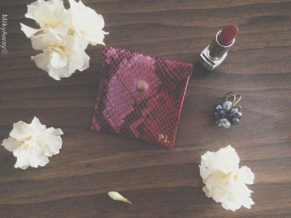 Stamp, le porte-cartes personnalisé en cuir rouge motif python by Margaux-Lou Maroquinerie