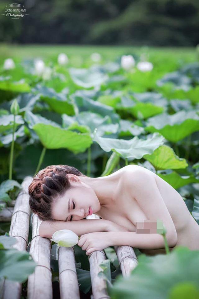 Trong đầm gì đẹp bằng sen. Lá xanh bông trắng lại chen nhũ hồng =))