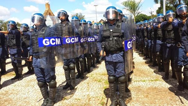 Prefeito Bernal entrega 1250 braçais e boinas para a Guarda Municipal de Campo Grande (MS)