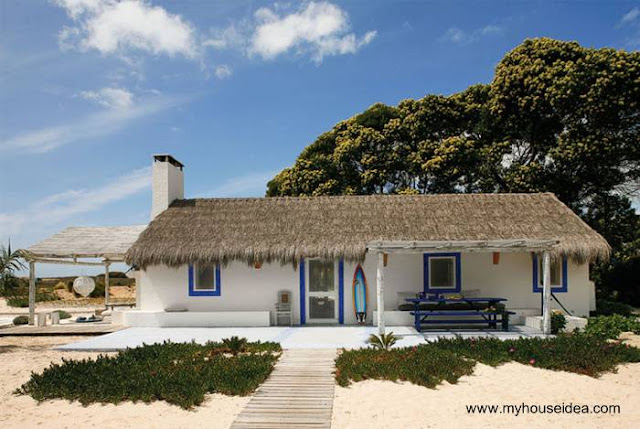 Casa de playa tipo cabaña con techo de paja
