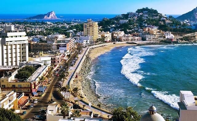 el turismo era uno de los sectores económicos más importantes, pero en la década de 1970, otros centros turísticos, como Acapulco, comenzaron a atraer turistas, y solo en los últimos años la ciudad ha experimentado un período de reactivación debido a la renovación del área de recreación Zona Dorada y la restauración de la colonia colonial. barrios del centro histórico.