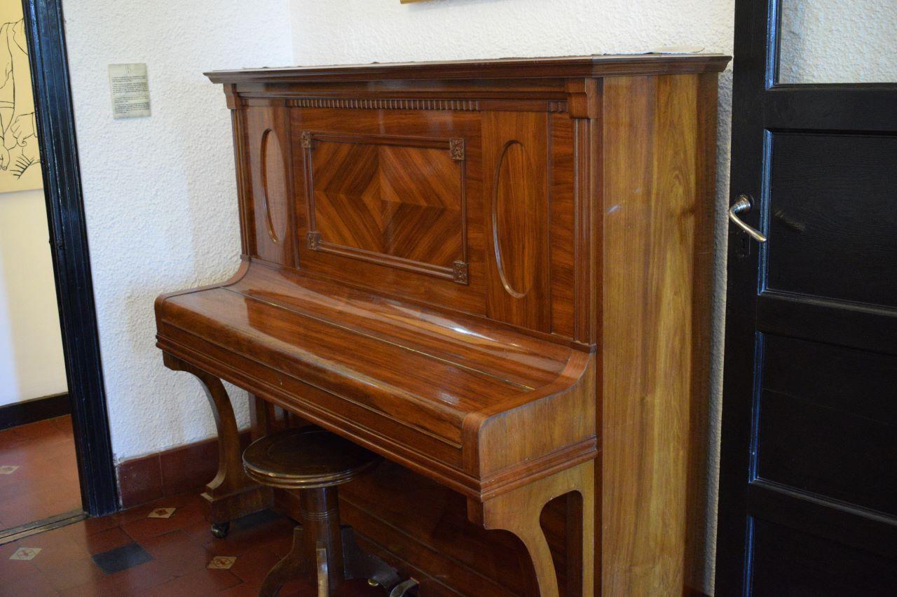 piano de corda marrom
