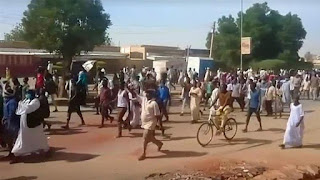 Sudanese capital police, Khartoum, used live ammunition and tear gas in an attempt to disperse protesters marching towards the presidential palace.