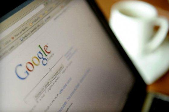 Una abuela dice 'por favor' y 'gracias' para buscar en google