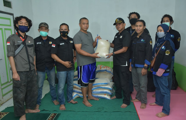 Peduli Bencana, HMTI dan YPJI Bagikan Bansos di Subang dan Sumedang
