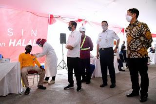 Presiden Jokowi meninjau pelaksanaan Vaksinasi COVID-19 massal di Pelabuhan Sunda Kelapa