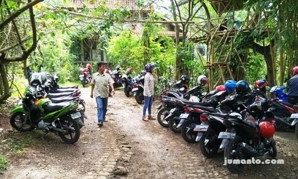 parkir motor dan rumah pohon butterfly park