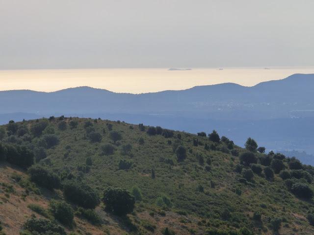 las islas columbretes vistas desde la cima del puerto del vidre a 1.055 metros sobre el nivel del mar