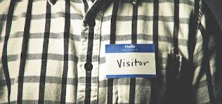 """vizitator - sau un tip cu eticheta pe care scrie """"Buna! Numele meu este VIZITATOR"""" - imagine preluată de pe churchplants.com"""