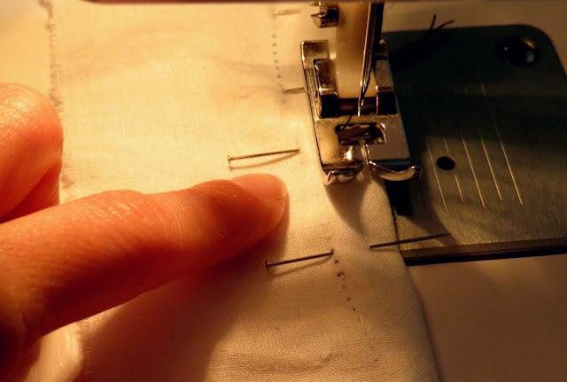 Empezamos a coser uno de los lados desde la marca inicial