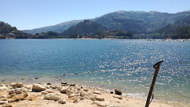Barragem da caniçada na Praia da barca