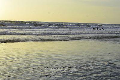 Pantai Kayu Putih dengan debur ombak yang besar