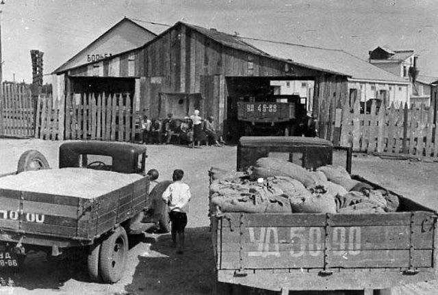 Грузовики ГАЗ и ЗИС где-то на складе зерна в Донбассе. Конец 30-х.